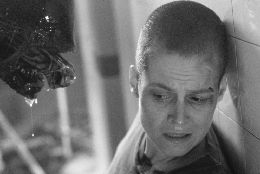 alien-3-1992-001-sigourney-weaver-and-alien-00m-fab